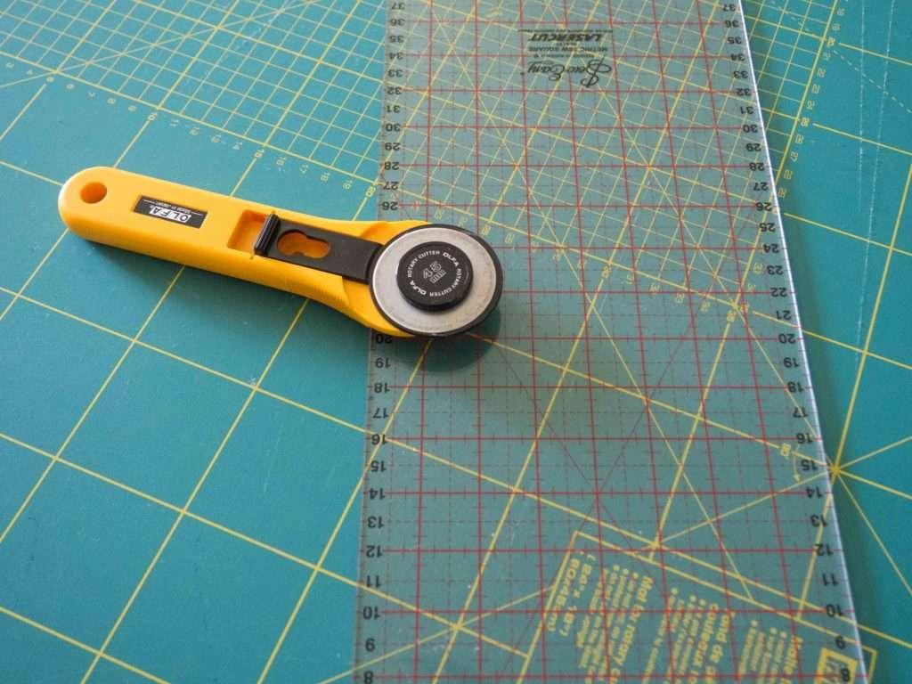 Tracer et découper : règle, cutter et tapis